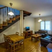 El Rincón del Duende - Apartamento Sobia - Salón y escaleras a planta superior